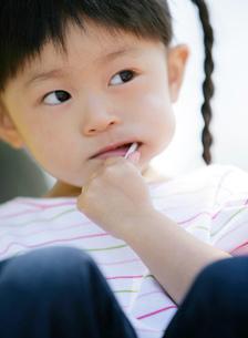 キャンディーを食べる女の子の写真素材 [FYI02843333]