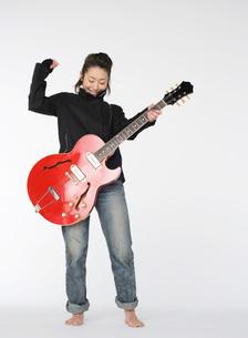 ギターを演奏する女性の写真素材 [FYI02843398]