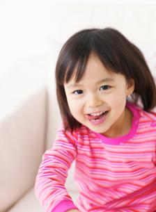 舌を出す女の子の写真素材 [FYI02843441]