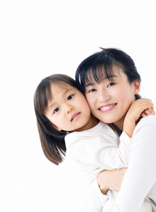 抱きつく女の子の写真素材 [FYI02843475]