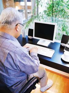 パソコンを見る男性の写真素材 [FYI02843615]