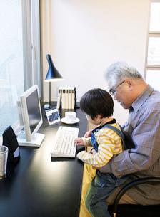 祖父と孫の写真素材 [FYI02843628]