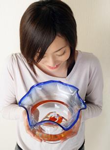 金魚鉢を持つ女性の写真素材 [FYI02843649]