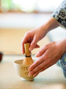 お茶をたてる着物の女性の写真素材 [FYI02843753]