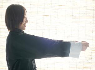 太極拳のポーズをとる女性の写真素材 [FYI02843854]