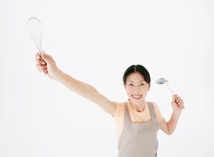 泡だて器とお玉を持った女性の写真素材 [FYI02843908]