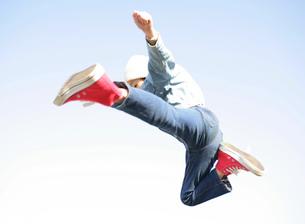 ジャンプする男の子の写真素材 [FYI02843953]