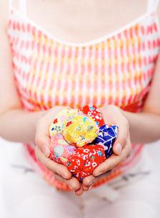 お手玉を持つ女性の写真素材 [FYI02843956]