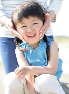 笑顔の女の子と母親の写真素材 [FYI02843966]