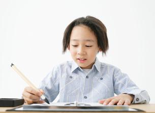 習字をする男の子の写真素材 [FYI02844035]