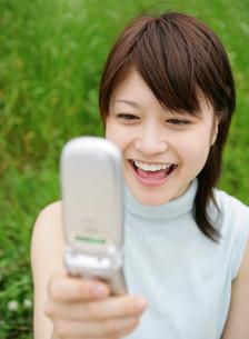 携帯電話を見る女性の写真素材 [FYI02844037]