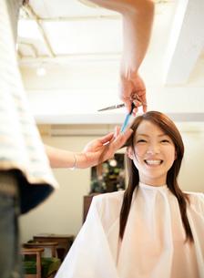 髪を切ってもらう女性の写真素材 [FYI02844043]