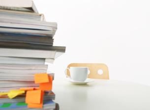 重ねられた本 奥にコーヒーカップの写真素材 [FYI02844081]
