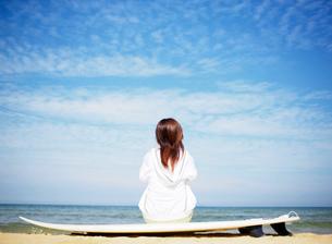 サーフボードと女性の写真素材 [FYI02844103]
