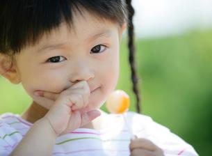 キャンディーを持つ女の子の写真素材 [FYI02844111]
