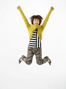 ジャンプをする女性の写真素材 [FYI02844114]