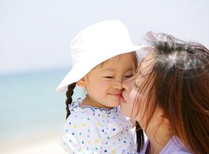 娘にキスをする母親の写真素材 [FYI02844148]