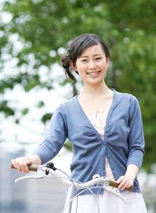 自転車を押す女性の写真素材 [FYI02844260]