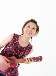 楽器を演奏する女性の写真素材 [FYI02844270]