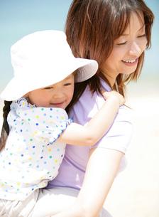 子をおんぶする母親の写真素材 [FYI02844287]