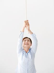 ロープを引っ張る女性の写真素材 [FYI02844309]