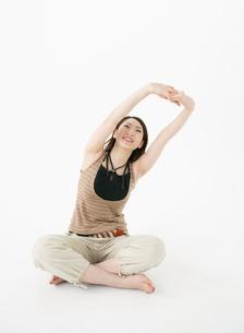 背伸びをする女性の写真素材 [FYI02844312]