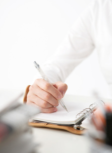 手帳を持つ女性の写真素材 [FYI02844363]