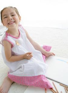 お絵かきをする女の子の写真素材 [FYI02844423]