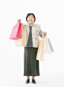 買い物袋を持つ女性の写真素材 [FYI02844463]