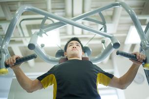 ジムでトレーニングする男性の写真素材 [FYI02844468]