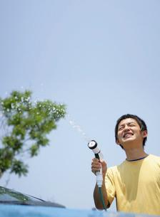 洗車をする若者の写真素材 [FYI02844633]