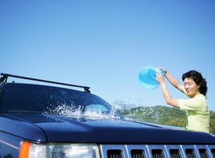 車を洗う男性の写真素材 [FYI02844742]