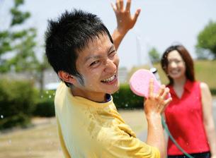 洗車をする若者の写真素材 [FYI02844770]