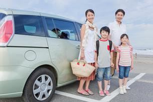 車の前に立つ家族4人の写真素材 [FYI02844836]