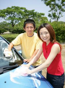 洗車をする若者の写真素材 [FYI02844843]