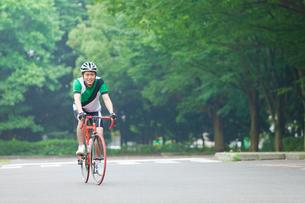 自転車に乗るサイクリングウェアの若い男性の写真素材 [FYI02844908]