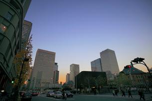 東京駅中央口前の交差点の写真素材 [FYI02845008]