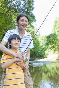 渓流で釣りをする父親と息子の写真素材 [FYI02845021]