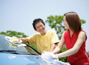 洗車をする若者の写真素材 [FYI02845053]