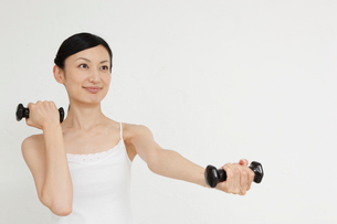 ダンベルを持つ若い女性の写真素材 [FYI02845082]