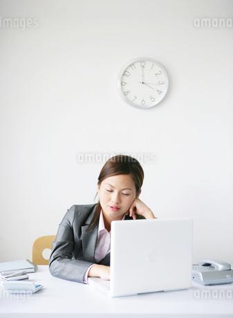 デスクで寝ている日本人女性の写真素材 [FYI02845156]