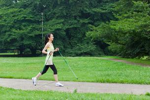 ノルディックウォーキングをする若い女性の写真素材 [FYI02845195]
