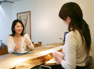 お茶をする女性の写真素材 [FYI02845202]