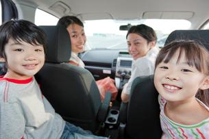 ドライブを楽しむ家族4人の写真素材 [FYI02845225]