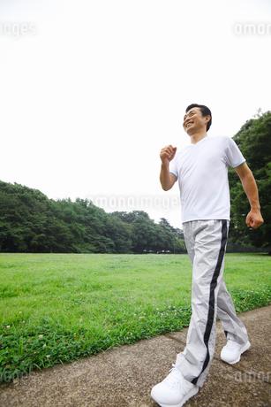 ウォーキングをする中年男性の写真素材 [FYI02845241]