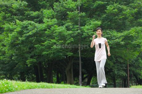 ウォーキングをする中年女性の写真素材 [FYI02845259]