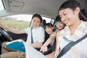 車の中で地図を見る家族4人の写真素材 [FYI02845284]