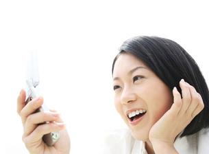 携帯電話を見る女性の写真素材 [FYI02845285]