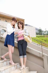 外階段で会話する女性2人の写真素材 [FYI02845329]