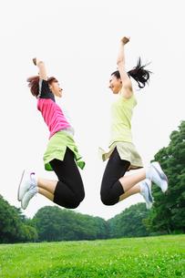ジャンプする若い女性2人の写真素材 [FYI02845391]